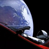 Den himmelske udsigt fra et af de tre kameraer på verdens første rumbil, en rød Tesla på vej mod Mars. I førersædet sidder dukken »Starman« og lytter til David Bowies rumhymne »Space Oddity«.
