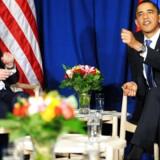 Her er det Barack Obama og den daværende russiske præsident Dmitrij Medvedev, der tilbage i 2009 har taget plads i et sæt ægte Wegner-stole under COP15-topmødet i København.