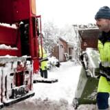 Renovationsfolkene tømmer affald selv i snevejr