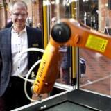 Keld Pedersen er kommet med sin robot, han sælger til danske virksomheder som blandt andet Vestas. Han hører fra sine kunder, at når de køber hans robotter, stiger ders omsætning, så de har råd til at ansætte flere medarbejdere som f.eks. salgsmedarbejdere. Danskere har en skræk for robotter, fordi vi tror, de kommer og tager vores job. Men faktisk kan det skabe nye arbejdspladser, hvis danske virksomheder vælger at investere i robotter. Det er budskabet fra DIRA ved et robotarrangement på Københavns Hovedbanegaard.
