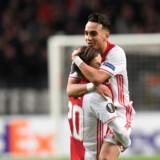 Abdelhak Nouri fejrer her et mål sammen med danske Lasse Schöne under en tidligere kamp for Ajax. Reuters/United Photos/arkiv.