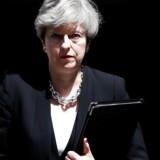 Flere betjente sendes på gaden for at beskytte muslimer og moskéer, erklærer premierminister Theresa May på et pressemøde i London mandag.