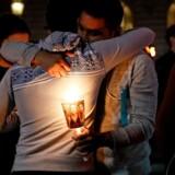 Borgere samledes søndag i den amerikanske storby San Francisco i Californien for at mindes ofrene for angrebet på det homoseksuelle diskotek Pulse i Orlando, Florida. REUTERS/Stephen Lam