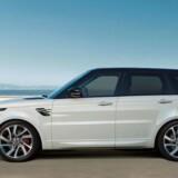 En tur i laderen. Med faceliftet af Range Rover Sport debuterer en plugin-hybrid med en rækkevidde på el på 51 kilometer. Ladetiden er minimum 2 timer og 45 minutter