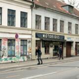 De historiske og nedrivningstruede Slagtergårde på Enghavevej huser bl.a. forretningen Motorious som sælger vintage MC grej. Butikkerne opvarmes med brænde og kakkelovn.
