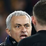 José Mourinho (til venstre) minder Chelseas fans om, at han har ført klubbens frem til tre Premier League-titler efter torsdagens batalje med Chelsea-manager Antonio Conte. Reuters/Eddie Keogh