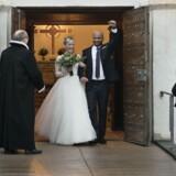 Det bliver i medgang og modgang, at Dicte (Iben Hjejle) og Bo (Dar Salim) bliver gift i »Dicte«. Foto: Per Arnesen/TV 2