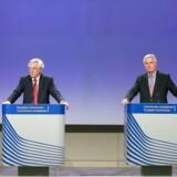 Brexit-minister, David Davis (tv), skød mandag officielt Brexit-forhandlingerne i gang på et møde med EUs chefforhandler, Michel Barnier. Begge udtrykte på det efterfølgende pressemøde tilfredshed med den første forhandlingsdag, men understregede også, at der er meget lang vej igen. EPA/STEPHANIE LECOCQ