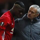 José Mourinho (th) tager sig af sin stjernespiller, da Paul Pogba udgår fra kampen mod Rostov. United vandt 1-0. Reuters/Jason Cairnduff