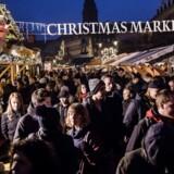 Julehandel. Travlhed og julestemning på Højbro Plads i København.