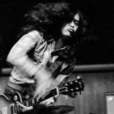 Bl.a. dette foto af Jimmy Page, taget af Jørgen Angel i K.B. Hallen i 1970, kommer nu under hammeren hos Bruun Rasmussen Kunstauktioner.