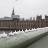 Lys placeret på Westminster Bridge for at mindes ofrene ved terrorangrebet.