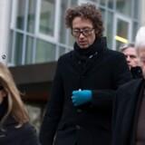 Meike Schlecker (tv), Lars Schlecker (midten) og Anton Schlecker (th) forlader retten i Stuttgart mandag.