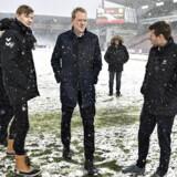 Dommer Peter Munch Larsen (i midten) inspicerer banen på Aalborgs stadion, mandag den 5. marts 2018. Billedet er taget klokken 17.00, en time før kick-off. Det kraftige snefald over Nordjylland og Aalborg Stadion truer aftenens Alka Superliga-kamp mellem Aab og AC Horsens på Aalborg Portland Park.