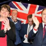 DUP-leder Arlene Foster (til venstre).
