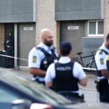 Efter længere tids ulmen på Christiania skød en ung hashhandler natten til torsdag to betjente og en civil. Specialstyrker skød efterfølgende gerningsmanden. Eftersøgt i skudsagen fra Christiania er anholdt og skudtPET's Aktionsstyrke har såret den mistænkte 25-årige ved anholdelse ved vinkelhuset i Kastrup. Hans tilstand er kritisk. ccc. (Foto: Uffe Weng/Scanpix 2016)