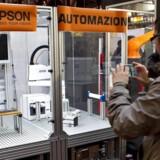 Danskere har en skræk for robotter, fordi vi tror, de kommer og tager vores job. Men faktisk kan det skabe nye arbejdspladser, hvis danske virksomheder vælger at investere i robotter. Det er budskabet fra DIRA ved et robotarrangement på Københavns Hovedbanegaard.