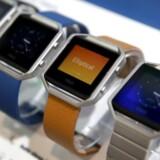 Fitbit har især slået sig op på fitnessarmbånd, der følger med i ens helbred og samler oplysninger sammen, så man kan leve sundere, men Fitbit producerer også smarture, som kan en del mere og konkurrerer med bl.a. Apples og Samsungs smarture. Arkivfoto: Steve Marcus, Reuters/Scanpix