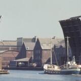 Dette er mareridtssituationen: Buddet er på vej for at aflevere tilbuddet på en millionordre, og Langebro går op i det indre København for et forbipasserende skib. Arkivfoto: Scanpix