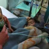 Børn og voksne måtte søndag behandles på et hospital i Østghouta ved Damaskus. Ifølge oplysninger havde syriske regeringsfly bombet oprørsenklaven med klorgas. Reuters/Bassam Khabieh