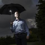 Der var mørke skyer over Danmark i går eftermiddag, men det tegner lysere for danskernes mulighed for at spare op. Adam Christensen er blandt dem, der allerede har skiftet bank for at få en højere rente. (Foto: Mikkel Berg Pedersen)