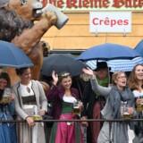 Årets Oktoberfest er lørdag gået i gang i München, hvor tusindvis af deltagere er dukket op trods kulde og regn. Scanpix/Christof Stache