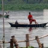 Fiskere indsamler deres fiskenet i Laguna de Bay før tyfonen Mangkhut rammer hovedøen Luzon i Filippinerne.