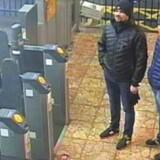 Her er de to angivelige russiske Novitjok-agenter på banegården i Salisbury 3. marts 2018. Det var den dag, hvor de hævdede, at der var så meget sne, at de ikke kunne komme frem – og derfor var nødt til at komme tilbage den følgende dag. 4. marts forsøgte de ifølge britisk politi at forgifte den tidligere dobbeltagent Sergej Skripal og hans datter, Julia, med nervegiften Novitjok.