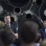 Stifteren af det private rumselskab SpaceX, Elon Musk (tv.), præsenterer på et pressemøde i Californien den japanske rigmand Yusaku Maezawa (th.). David Mcnew/Ritzau Scanpix