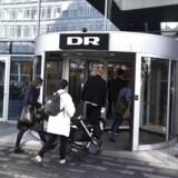 DRs medarbejdere ankommer til DR Byen til informationsmøde og en spare- og udviklingsplan for Danmarks Radio.