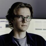 Den 19-årige gymnasieelev Mads Eberhardt driver en såkaldt bitcoinbørs, hvor han køber og sælger bitcoin mod kommission. Kunder kan betale med dankort eller bankoverførsel og få behandlet køb inden for tre timer.