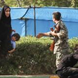 Billede fra lørdagens angreb ved en militærparade i Iran.