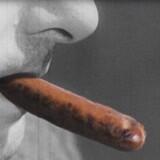 I dag starter ny kampagne fra virksomheden bag vegetariske måltidskasser, Simple Feast. Det er en reklamevideo, hvor de medvirkende ryger - men i stedet for cigaretter er det frankfurterpølser. Et humoristisk indslag, siger iværksætter Jacob Jønck. Landbrug & Fødevarer mener ikke, at det er en fair sammenligning.