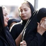 Iranske kvinder sørger ved den officielle begravelse for ofrene for terrorangrebet i den iranske by Ahvaz, hvor 25 blev dræbt.