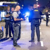 Politiet var massivt til stede ved Ragnhildgade på grænsen mellem Nørrebro og Østerbro i København onsdag i sidste uge, efter at en gruppe unge var blevet beskudt fra en bil. En patruljevogn var lige i nærheden og satte efter flugtbilen og affyrede skud. Episoden anses for at være en del af en verserende konflikt internt i bandegrupperingen Brothas. Foto: Bax Lindhardt/Ritzau Scanpix