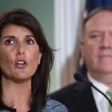 »Vi tager dette skridt, fordi vores forpligtelser ikke tillader os at forblive en del af en hyklerisk og opportunistisk organisation, der latterliggør menneskerettigheder,« sagde USAs FN-ambassadør, Nikki Haley, da hun 19. juni 2018 meddelte, at USA træder ud af FNs menneskerettighedsråd. I baggunden USAs udenrigsminister, Mike Pompeo. Foto: Ritzau / Scanpix / AFP / Andrew Caballero-Reynolds