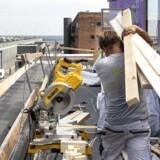 Håndværkere arbejder på byggeplads.