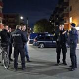 De 11 mænd sigtes for fem drabsforsøg, blandt andet i forbindelse med en skudepisode tirsdag 25. september, hvor der blev affyret skud ved Rentemestervej i Københavns Nordvestkvarter. Her blev en person såret. Politiet formoder, at skyderierne er relateret til den verserende bandekonflikt i hovedstadsområdet.
