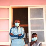 Tuberkulosepatienter ved et hospital i Angola er iført masker for ikke at smitte deres omgivelser. Der er store menneskelige og økonomiske fordele ved én gang for alle at ydrydde sygdommen.