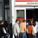 Danske virksomheder er ikke gode nok til at søge efter arbejdskraft i de sydeuropæiske lande, mener Arbejderbevægelsens Erhvervsråd. På billedet står arbejdsløse spaniere i kø foran et jobcenter i Madrid. Arkivfoto: Dominique Faget/AFP/Ritzau Scanpix