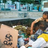 epa07016104 En mand kigger efter mad i en affaldscontainer. Den 12 september 2018. EPA/MIGUEL GUTIERREZ