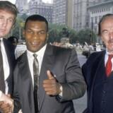 Donald Trump, Mike Tyson og Fred Trump før en pressekonference med bokseren på Plaza Hotel i New York City 26. juli 1988.