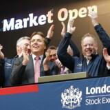 Midten til højre ses Andy Palmer CEO for luksusbilmærket Aston Martin. Han jubler oven på selskabets børsnotering onsdag. Klapsalverne er dog blevet afløst af en nedadgående kurs og skepsis fra investorerne.