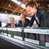 Aarhus Letbane løfter sløret for, hvordan de kommende letbanetod skal se ud. Til stede, når designet præsenteres, er rådmand Kristian Würtz og regionsrådsformand Bent Hansen samt Claus Rehfeld Moshøj, direktør for Aarhus Letbane.