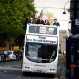 Kampen mellem britiske tilhængere og modstandere er blusset op med fornyet styrke, og fra begge sider retter man hårde angreb mod den britiske regering og den aftale, som er fremlagt for EU. Her er den konservative britiske politiker Peter Bone (anden fra venstre) med på en bus for »Leave Means Leave« kampagnen.