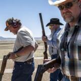 Siden 1973 har det været muligt, at øve sig i at skyde på National Riffle Ascotiations 13.000 hektar store træningsanlæg i Raton i New Mexico. Butch Priest, i midten bagerst, er ansat på skydebanen og yderst begejstret for muligheden for at købe og besidde våben i USA.