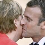 Ifølge en bekendt af Macron er »ingen på den nordlige halvkugle bedre end ham til at sige goddag«. Her er det Angela Merkel, som får et par bonjour-kys. Den ofte lidt stive tyske kansler føler sig tydeligvis godt tilpas i Macrons charmerende selskab. Men kan deres nære personlige forhold omsættes til reformer af det europæiske samarbejde? Foto: Clemens Bilan