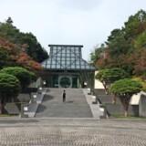 Arkitekten I.M. Pei vil med den beskedne indgang give et første indtryk af at ankomme til et refugium i bjergene.