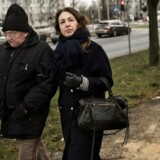 Journalist Nathalie Ostrynski og hendes far Motel Ostrynski spadserer gennem byen, hvor han bor.