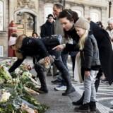 Prins Henrik er død. Der lægges blomster på Amalienborg Slotsplads.